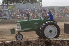 绿色奥利佛史东中耕作物77拖拉机 免版税库存图片
