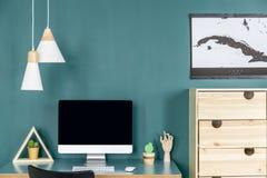 绿色家庭办公室内部 免版税库存图片