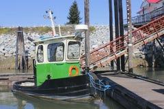 绿色小的拖轮 库存照片