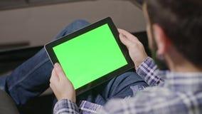 绿色屏幕数字式片剂个人计算机人 图库摄影