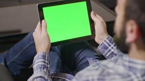 绿色屏幕数字式片剂个人计算机人 免版税库存照片