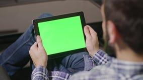 绿色屏幕数字式片剂个人计算机人 免版税库存图片