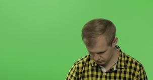 绿色屏幕色度关键背景的乏味年轻人与购物带来 影视素材
