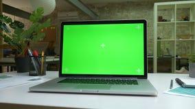 绿色屏幕,现代膝上型计算机,办公室例证,桌面室内,舒适地方 股票录像