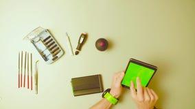绿色屏幕 reparing硬盘驱动器的男性手 影视素材