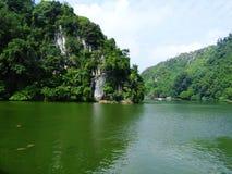 绿色山和湖 免版税图库摄影
