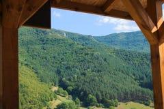 绿色山在屋顶下 免版税库存照片