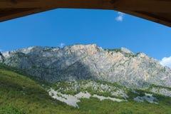 绿色山在屋顶下 免版税库存图片