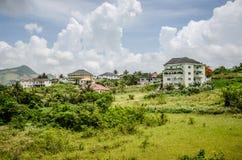 绿色山坡豪宅 图库摄影