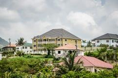 绿色山坡豪宅 库存照片