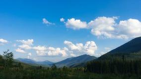 绿色山小山和多云蓝天时间间隔 股票录像