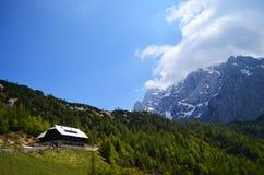 绿色山的议院在与蓝天,克罗地亚的一个晴天 图库摄影