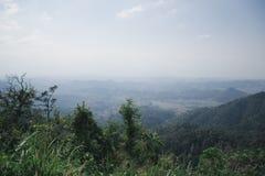 绿色山看法在多云的薄雾和的天空,翁庞达泰国下的 库存照片