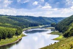 绿色山谷在与森林的夏天下面小山和大河的 免版税图库摄影
