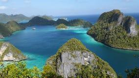 绿色岩石海岛包围的美丽的蓝色盐水湖 库存图片