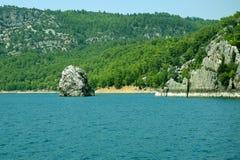 绿色峡谷的独特的自然保护的岩石和树木繁茂的岸 库存图片