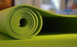 绿色席子瑜伽 免版税库存图片