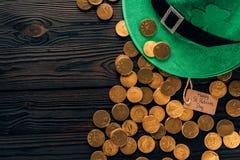 绿色帽子和金黄硬币, st patricks天概念顶视图  免版税库存照片