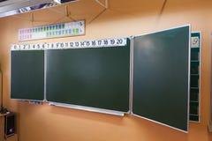 绿色干净的黑板在学校教室在俄罗斯 俄语字母在上面 免版税库存照片