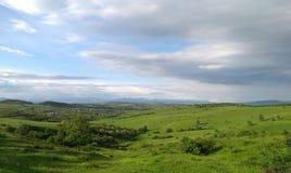 绿色平原和天空蔚蓝 免版税库存照片