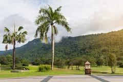 绿色庭院的美好的角落高尔夫俱乐部的与天空和m 库存照片
