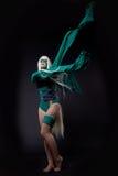 绿色愤怒cosplay字符的白肤金发的女孩 免版税库存图片