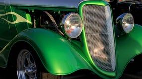 绿色旧车改装的高速马力汽车 库存照片