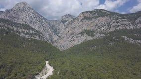 绿色有薄雾的森林空中英尺长度山风景的 Kemer,土耳其 股票录像