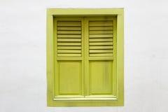 绿色木窗口是在白水泥墙壁上的经典葡萄酒样式 免版税库存照片