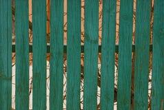 绿色木篱芭纹理在街道上上 免版税库存照片