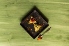 绿色木表面上安排的烤干酪辣味玉米片芯片 库存图片