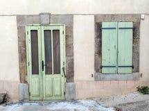 绿色木门和窗口 免版税库存图片