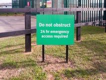 绿色标志做没有阻碍需要的24 hr紧急通入 库存图片
