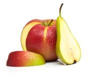 绿色梨和成熟红色苹果 免版税库存图片
