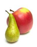绿色梨和成熟红色苹果 免版税图库摄影