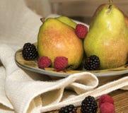 绿色梨用成熟莓果 库存照片