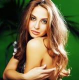 绿色棕榈背景微笑的年轻逗人喜爱的白肤金发的妇女愉快, 库存照片