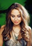 绿色棕榈背景微笑的年轻逗人喜爱的白肤金发的妇女愉快, 免版税图库摄影