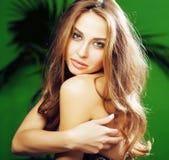 绿色棕榈背景微笑的愉快,生活方式peole概念年轻逗人喜爱的白肤金发的妇女 库存照片