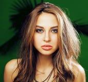 绿色棕榈背景微笑的愉快,生活方式peole概念年轻逗人喜爱的白肤金发的妇女 图库摄影