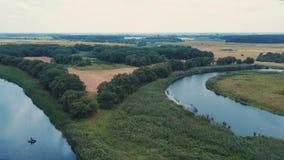 绿色森林和蓝色湖空中英尺长度在一晴朗的阴天 影视素材