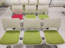 绿色椅子和一把红色椅子在waitting的区域 库存照片