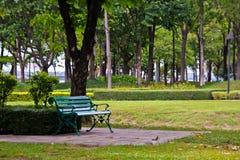 绿色椅子在公园。 库存照片