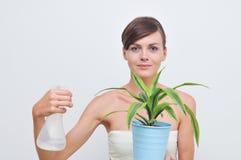 绿色植物浇灌的妇女 免版税库存照片