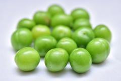 绿色樱桃和草莓李子与在白色背景隔绝的绿色叶子 免版税库存照片