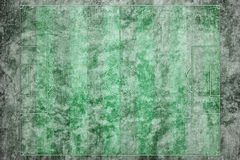绿色橄榄球场有冬天雪背景 免版税库存图片