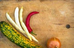 绿色橙色夏南瓜、白豆荚、葱和红色辣椒 免版税库存图片