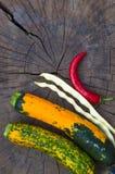 绿色橙色白豆夏南瓜、荚和红色辣椒 免版税库存图片