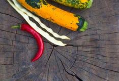 绿色橙色白豆夏南瓜、荚和红色辣椒 库存照片
