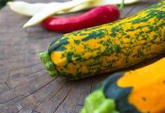 绿色橙色白豆夏南瓜、荚和红色辣椒 免版税库存照片